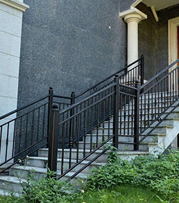 怎样去除铁艺栏杆的锈迹和焊渣?
